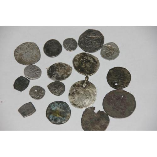 17 серебреных древних монет.