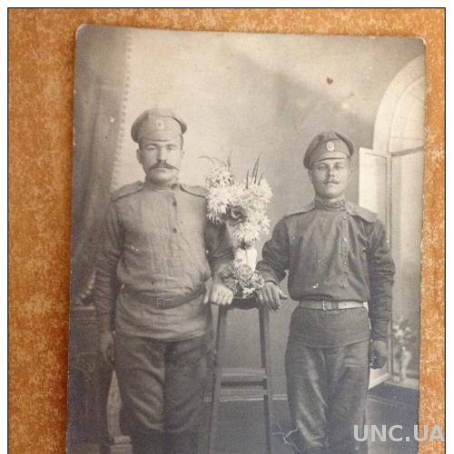 Открытка старинная Фото. Первая мировая война. Два солдата в полный рос у подставки с цветком