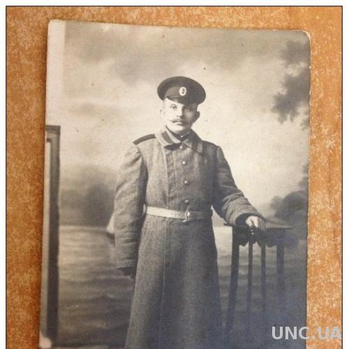 Старинное фото. Первая мировая война. Военный у подставки в шинели