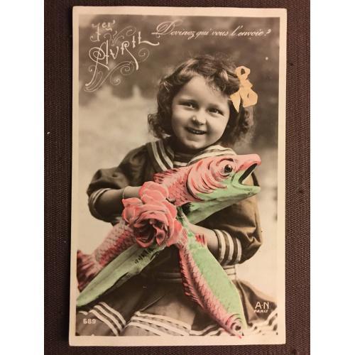 """Французская фотооткрытка """"1 апреля"""" девочка с рыбой и цветами"""