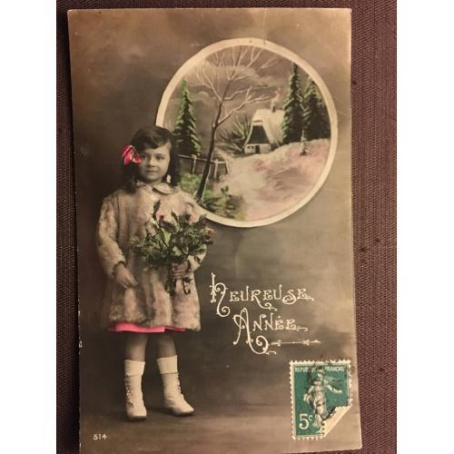 """Французская новогодняя фотооткрытка """"Хорошего года"""", девочка с цветами."""