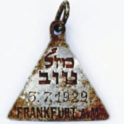 В Польше найден медальон, похожий на кулон Анны Франк