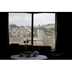 Арт-художник «открыл окна» на границу Израиля с Палестиной