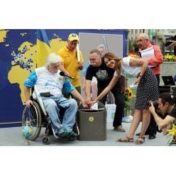 Музею Укрпочты передали коллекцию писем и марок с путешествия по миру на инвалидной коляске