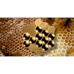 В Латвии появилась монета в форме пчелиной соты