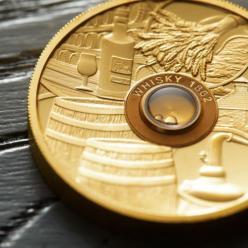 Монета, в которую вставлена капсула с элитным виски 1862 года, представлена в Австралии