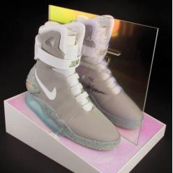 На аукцион попала пара самозявазывающихся кроссовок NikeMag