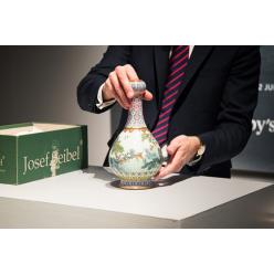 Фарфоровая ваза времен китайского императора Цяньлун продана на аукционе Sotheby's за $19 млн