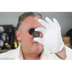 В Великобритании женщина обнаружила на чердаке древние монеты, одна из которых оценена экспертами в 100 000 фунтов стерлингов
