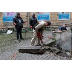 Под брусчаткой в центре Львова обнаружены древние надгробия