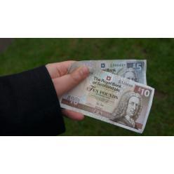 В Шотландии исчезнут из денежного обращения бумажные купюры номиналом 5 и 10 фунтов