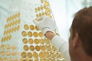 Необычную елку из золотых монет можно посмотреть в Мюнхене