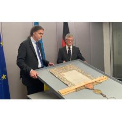 Германия вернула Украине древнюю грамоту Петра I, вывезенную во время войны нацистами