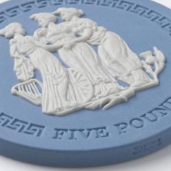 Perth Mint выпустил монету «Три грации», на которой имеется фарфоровая вставка ручной работы