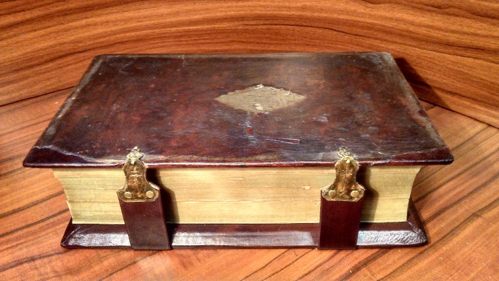 Раньше с картоном не работали, поэтому эти книги имеют деревянную основу в обложке