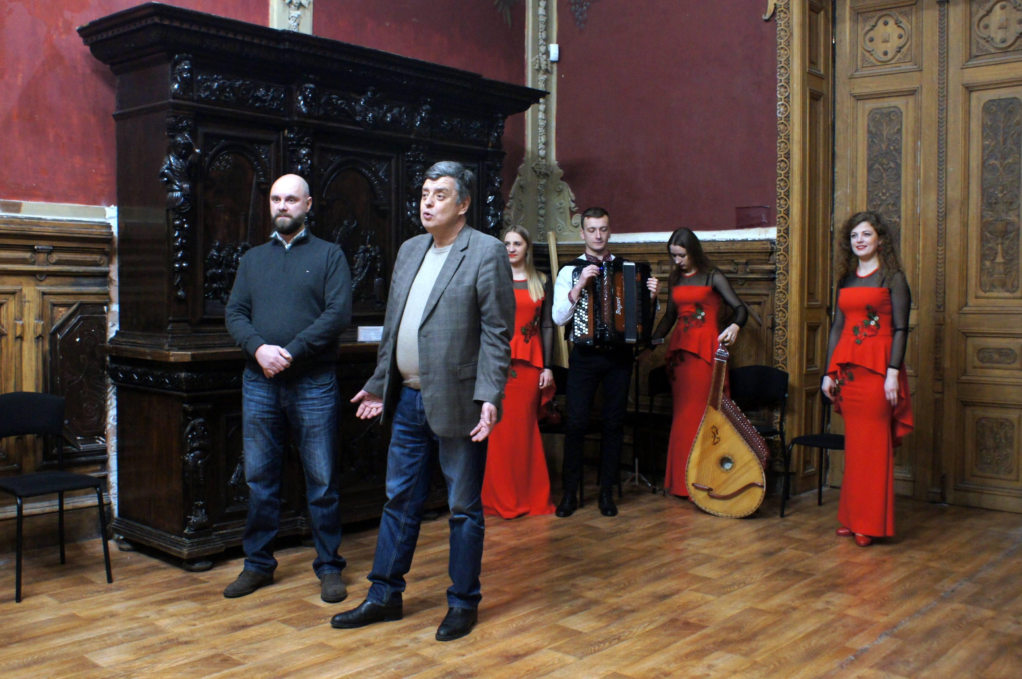 Відкриття виставки «Українська народна пісня в листівці, фарфоровій пластиці, пісенниках»